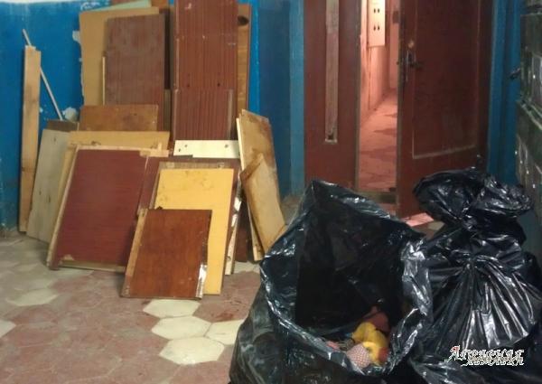 Вывоз старой мебели на свалку.  Утилизация мебели недорого.  Вывезти хлам из квартиры.